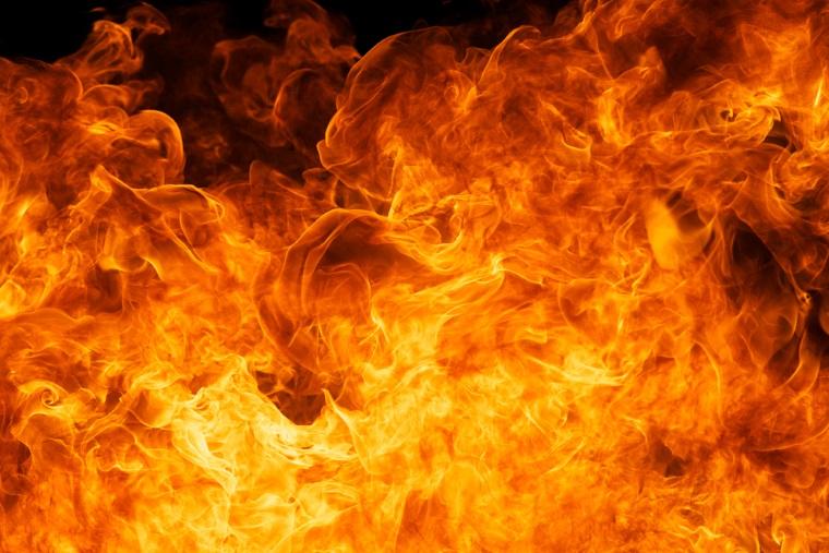 Un TIR incarcat cu butelii a luat foc pe DN 2, la Mihailesti, in judetul Buzau, mai multe butelii au explodat