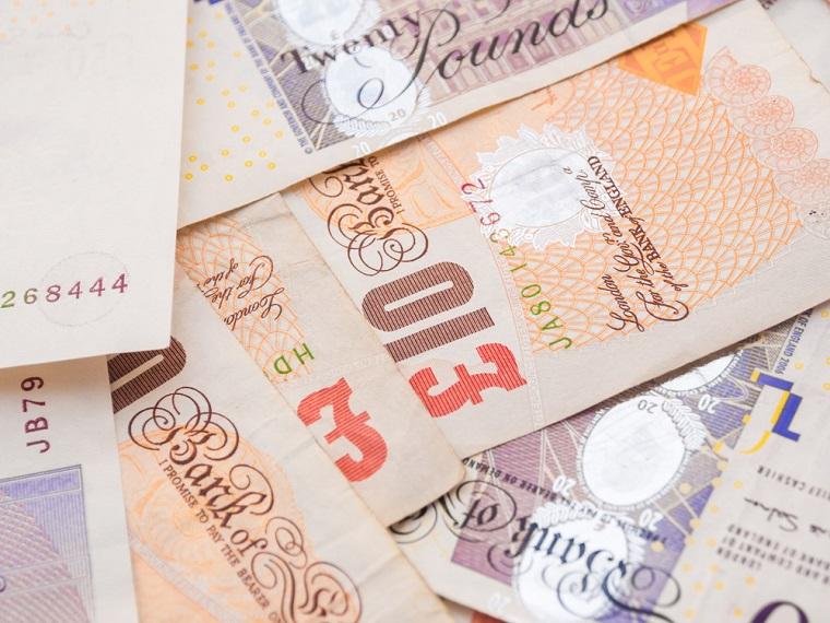 Sondajele favorabile ramanerii Marii Britanii in UE au dus la cresterea puternica a lirei sterilene