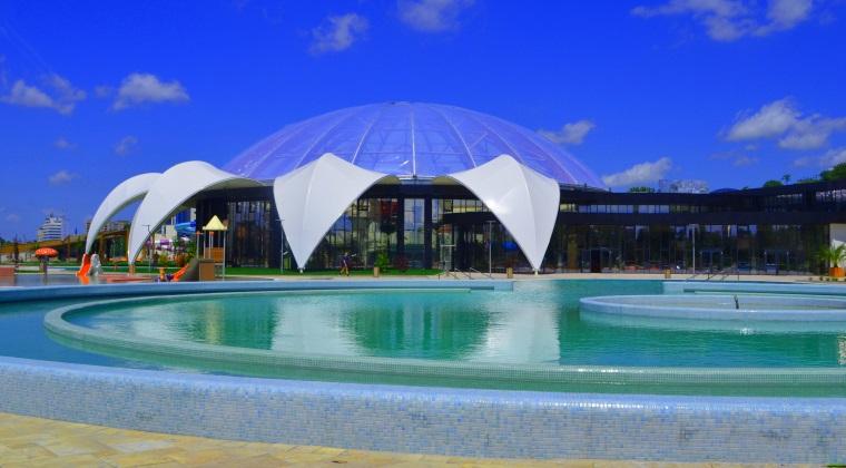Oradea are cel mai nou complex termal cu 10 tobogane si piscina cu valuri, renascut dintr-un strand public