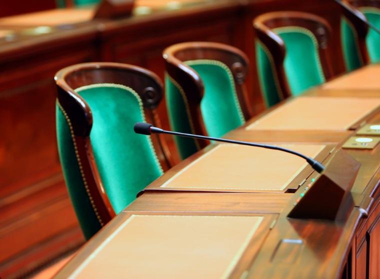 Proiectul prin care alesii nu vor fi sanctionati in cazul in care si-au angajat rude la cabinet inainte de 2013 este in plenul reunit