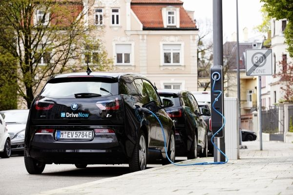 BMW monteza stalpi de iluminat in Munchen unde iti poti incarca masina electrica