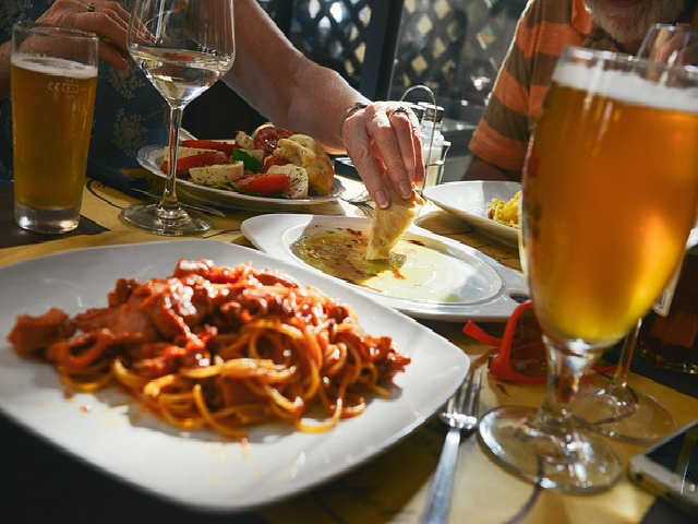 Romanii au redus consumul de calorii in 2015, dar cunsuma prea multa paine. In Romania, cel mai mult mananca pensionarii