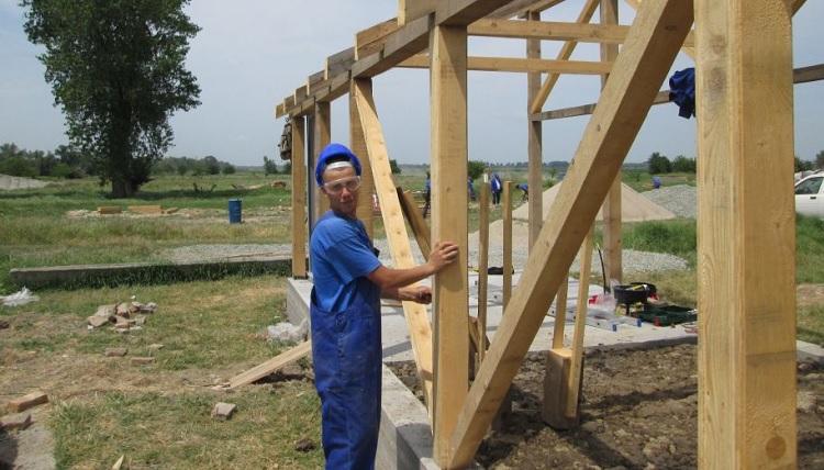 Peste 100 de detinuti romani invata, in Delta Dunarii, sa devina constructori de case sau olari, pe bani norvegieni