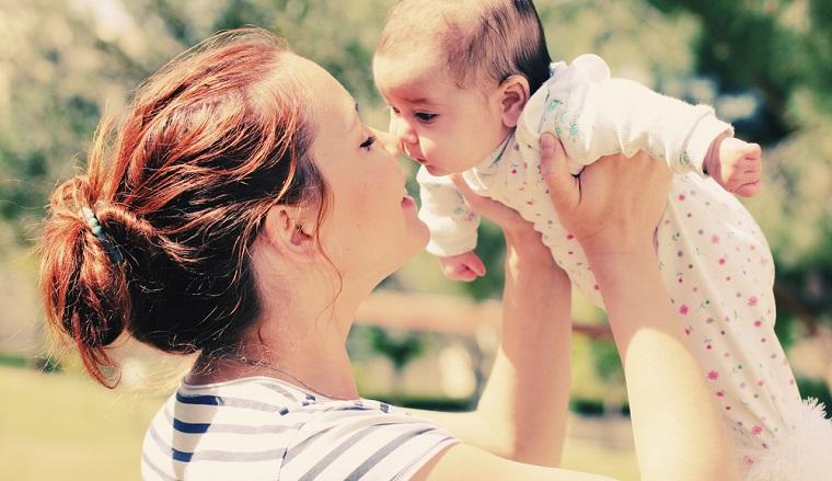 Categoria de mame care va primi o indemnizatie mai mare cu peste 500 lei, incepand de la 1 iulie