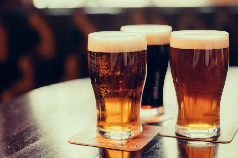 Romanii beau mai multa bere: Consumul a crescut in 2016 la 80 de litri pe cap de locuitor