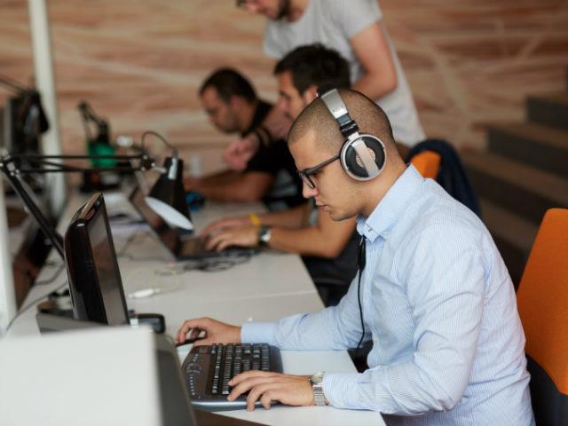 Care sunt domeniile in care angajatii romani castiga peste 1.000 de euro net lunar