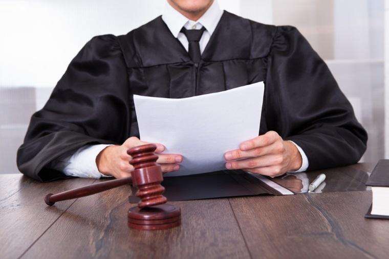 Legea care prevedea ca alesii condamnati cu suspendare sa nu piarda mandatul, neconstitutionala