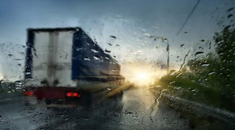 Cod galben de ploi si vijelii in 21 de judete din jumatatea de vest a tarii, de vineri pana duminica dimineata