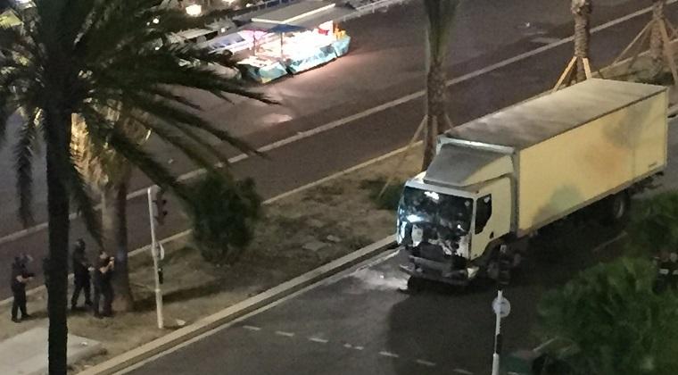 [Video] Camionul din Nisa trece prin multime inainte de a fi oprit de catre politie
