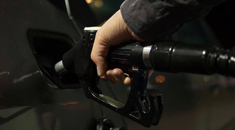 Pretul benzinei, mai mare in Romania decat in Bulgaria sau Ungaria si dublu fata de SUA. Cel mai mic pret din lume este de 2 bani/litru