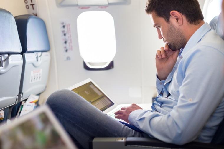 Bilete de avion ieftine: Sfaturile pe care trebuie sa le urmezi daca vrei sa calatoresti cu bani putini