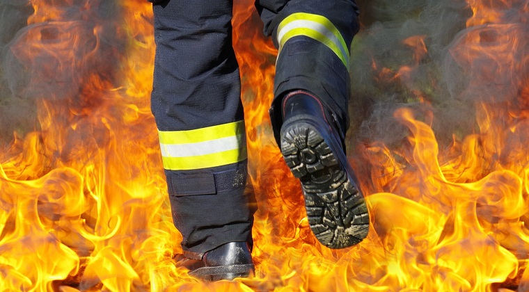 Incendiu la o cladire din Piata Crangasi. Pompierii au intervenit cu mai multe masini