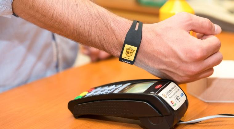 Banca Transilvania lanseaza prima bratara contactless din Romania, care functioneaza pe post de card bancar