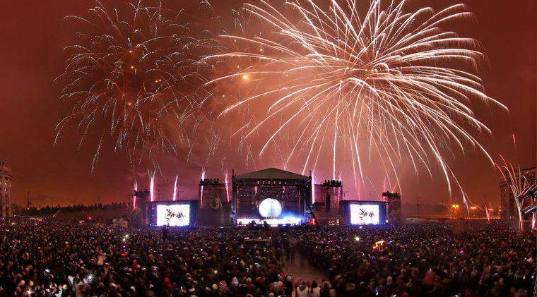 Festivalul Untold: Armin van Buuren si-a prelungit concertul cu aproape patru ore, incheindu-l la rasarit cu focuri de artificii