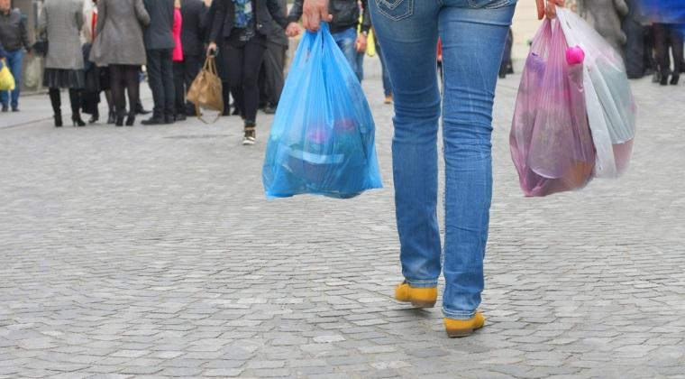 Cati bani vor cheltui romanii in 2016 pe pungile de plastic?