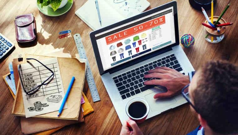 Studiu: Peste jumatate dintre romani cumpara haine online, cu plata ramburs
