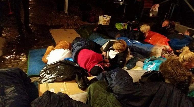 Ambasadorul Marii Britanii la Bucuresti a dormit pe strada pe bucati de carton [FOTO]