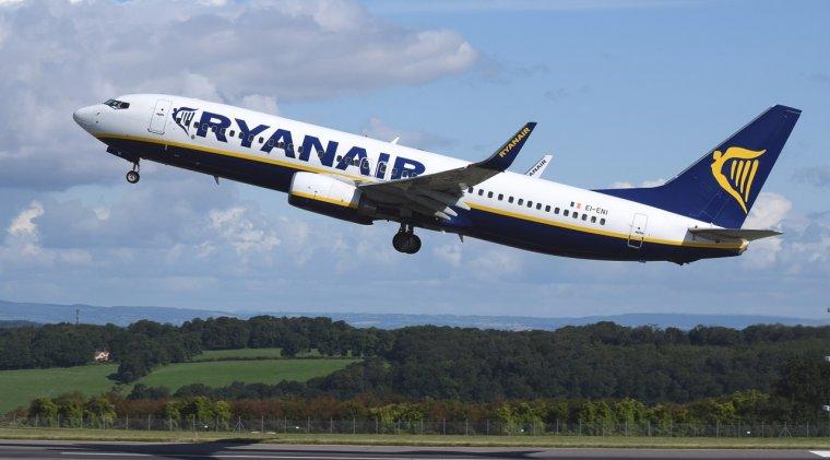 Black Friday la zboruri: Ryanair vinde bilete de avion intre 5 si 10 euro