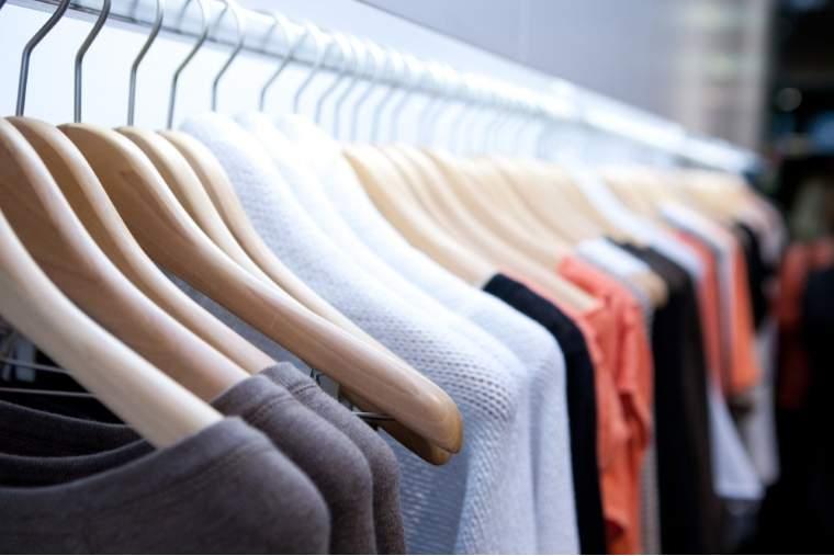 """Majoritatea bucurestenilor isi cumpara haine din mall-ul ,,de peste drum"""". Ce branduri prefera si cum se informeaza despre acestea"""