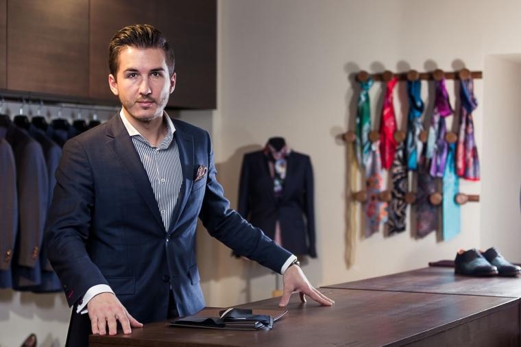 Idei de afaceri: Un tanar vinde costume made to measure, inspirat de bunic