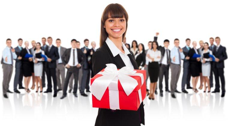 """Mos Craciun """"corporatist"""" este de 10 ori mai darnic cu sefii: ei primesc cadouri de 2.000 lei, iar angajatii de 200 lei"""