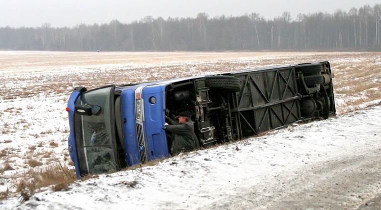 Accident in Franta: patru morti si 27 de raniti, dupa ce un autocar cu turisti a derapat din cauza poleiului