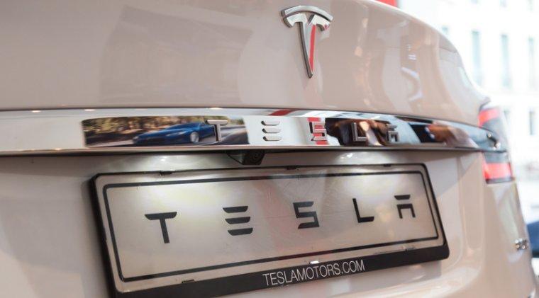 Tesla a angajat un specialist software al Apple pentru a coordona dezvoltarea functiei Autopilot
