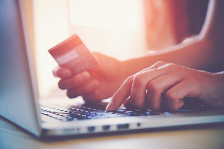 Dispar cozile la ghisee? Numarul romanilor care au platit taxele si impozitele online s-a dublat in 2016