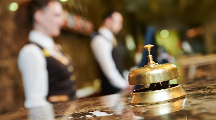 Cat castiga un angajat de la receptia hotelului Intercontinental. Ce alte beneficii primeste