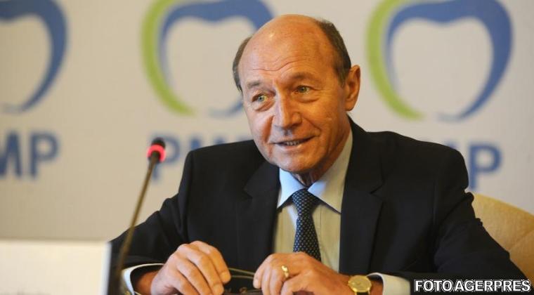 Traian Basescu raspunde criticilor de pe Facebook: In timpul mandatului meu nu au lipsit nici vaccinurile, nici citostaticele
