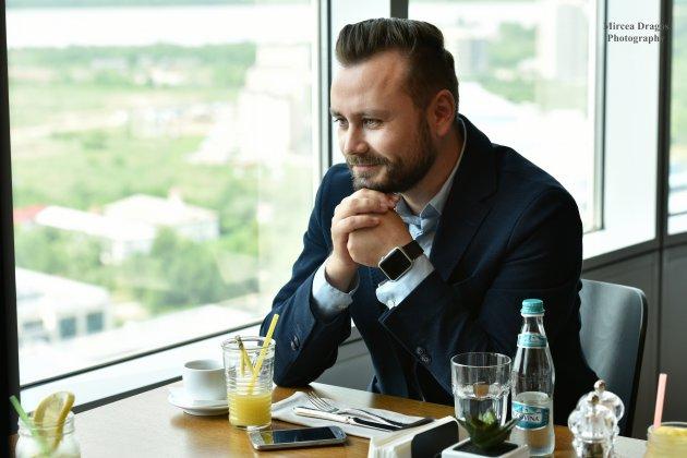 La pranz cu Robert Machidon (APS Romania): De la un job de trei luni pentru un laptop, la 29 de ani a ajuns sa conduca compania