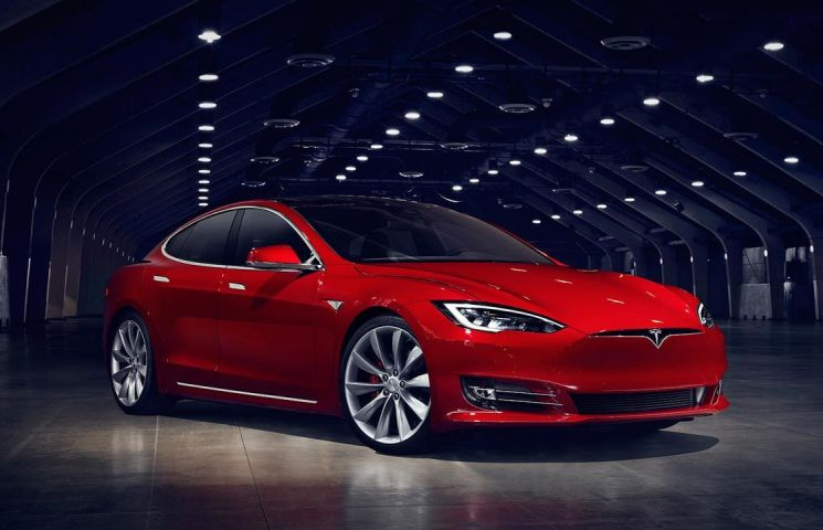 Tesla joaca tare pe piata bursiera si se apropie de BMW