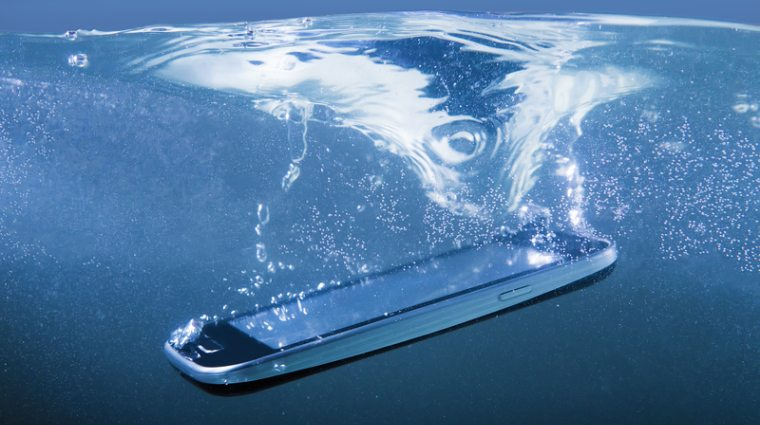 Smartphone-uri rezistente la apa: cinci modele pe care le poti achizitiona la reducere