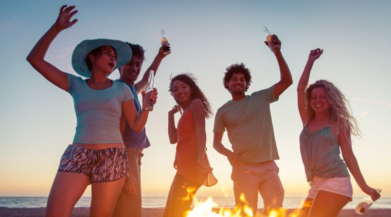 Peste 47.000 de oameni sunt la Neversea pe plaja din Constanta, in prima a zi a festivalului