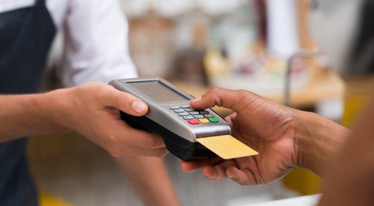 Finante-Banci - Cash-ul pierde teren in Romania: Numarul tranzactiilor cu cardul la POS a depasit o suta de milioane in primele 6 luni