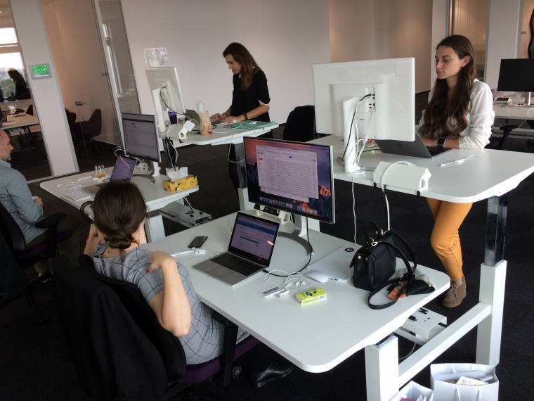 "Compania unde toti colegii iti dau bonusuri, lucrezi flexibil si ai birou ""la inaltime"""