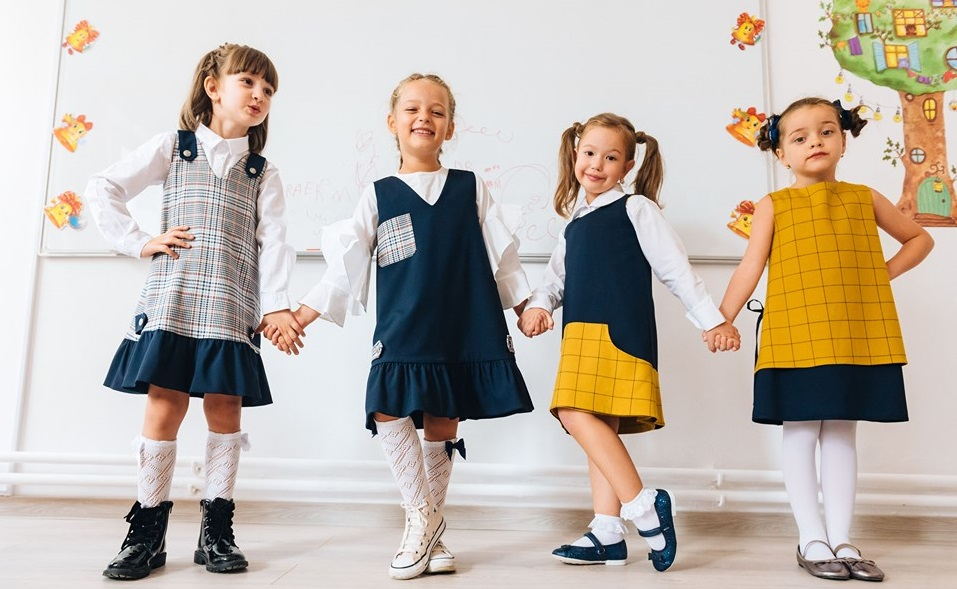 Un brand romanesc de fashion lanseaza o colectie de uniforme scolare reversibile