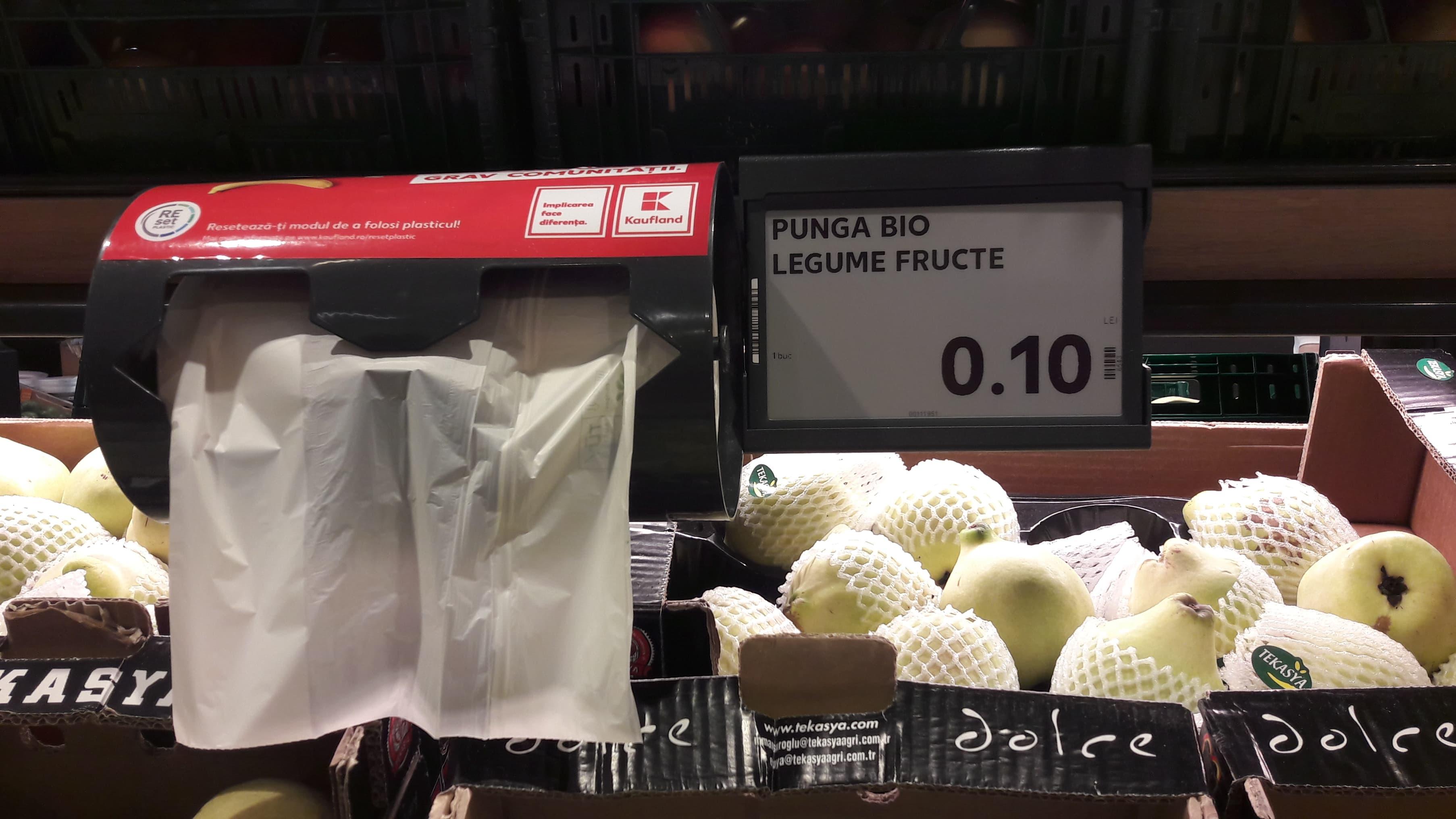 Kaufland introduce pungi biodegradabile compostabile, la 0,10 lei/bucata, dupa ce Guvernul a marit ecotaxa pentru pungile de plastic