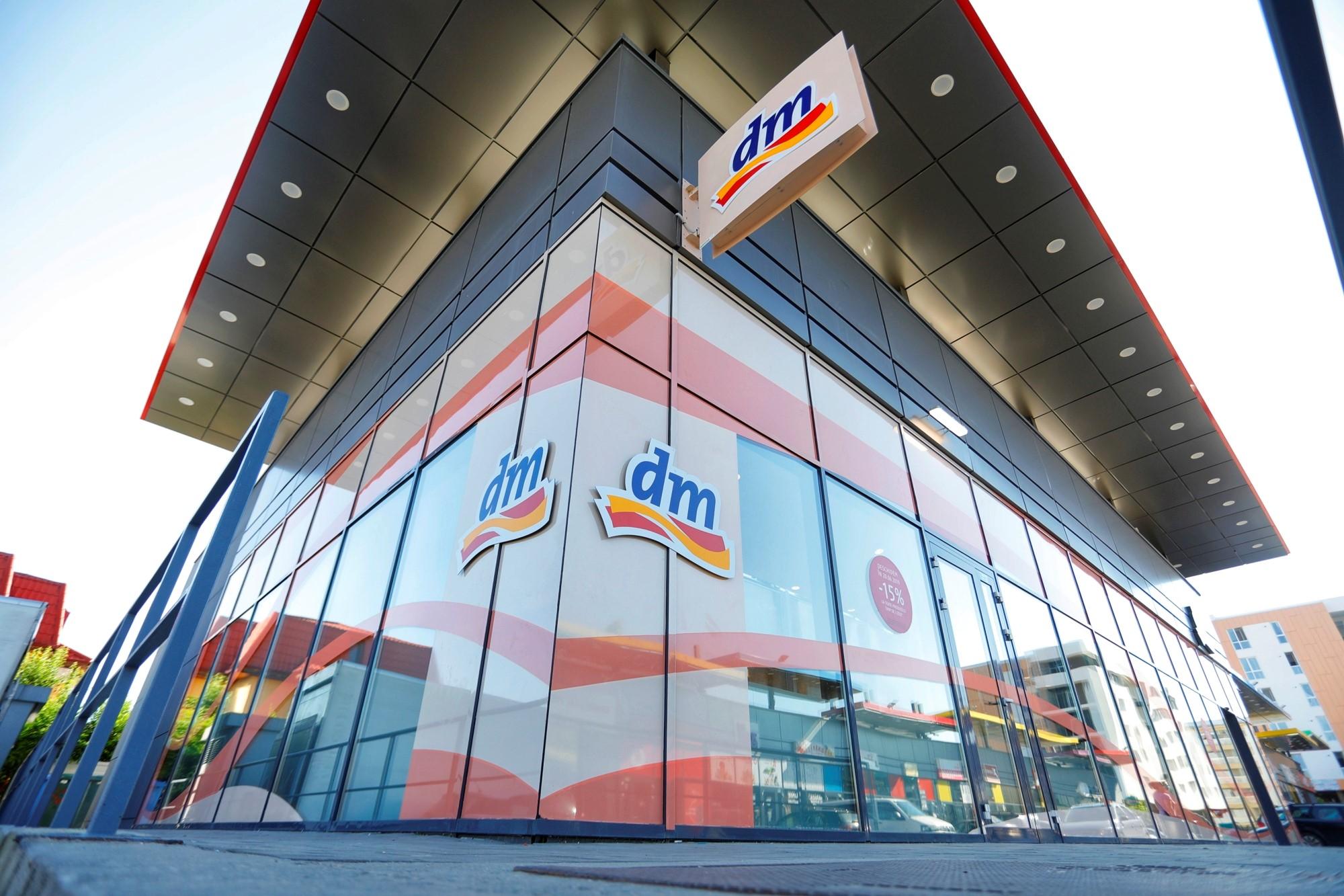 Retailerul german dm drogerie markt simte in Romania criza fortei de munca prin dificultatea de a gasi casieri in Timisoara si Bucuresti