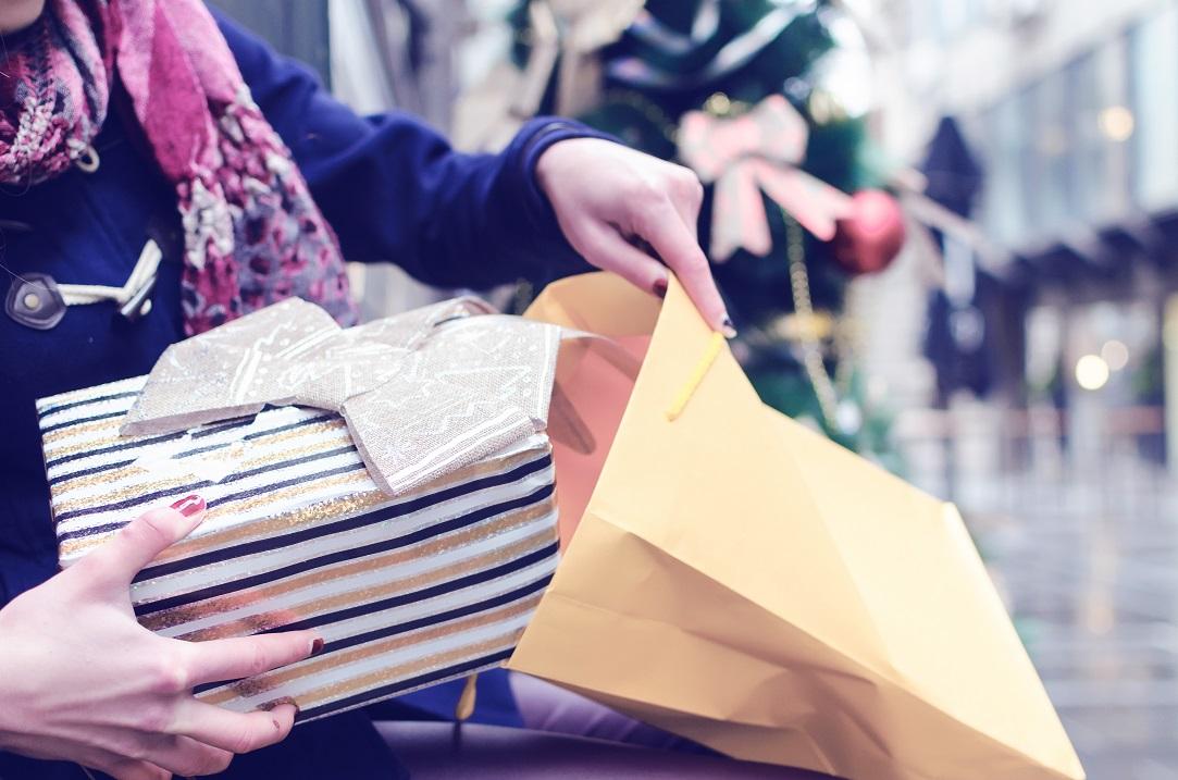 Românii au început să cumpere deja cadouri de Crăciun: cât își propun să cheltuiască