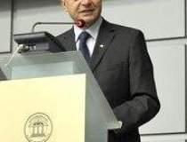 Basescu vrea sa mai tina...