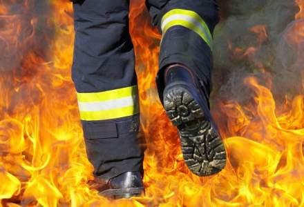 Incendiu puternic la cladirea Itaoui Center din Piata Crangasi. Pompierii au intervenit cu 16 masini