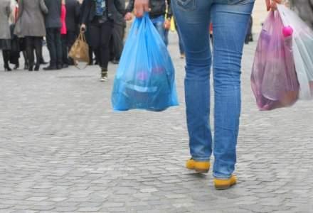 Romanii cheltuiesc milioane de lei pe pungile de plastic. De ce batem recordul in 2016?