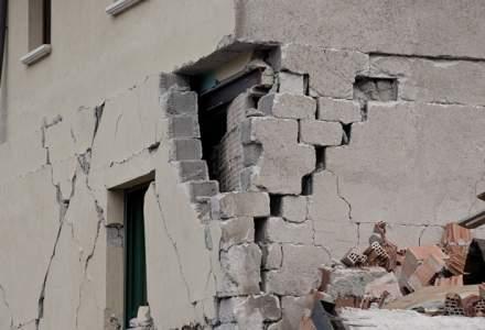 Seismul s-a resimtit puternic la Iasi. Bucati de tencuiala de pe un imobil din centrul orasului au cazut pe trotuar