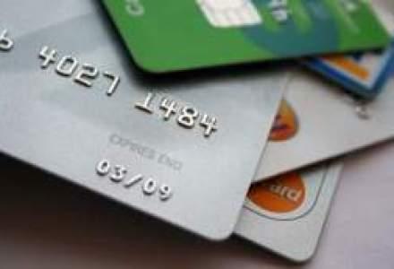 Romanii folosesc mai mult cardurile, desi au mai putine in portofel