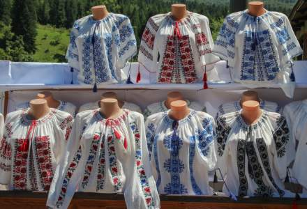 Zeci de camasi romanesti din muzeele lumii, reconstituite intr-o expozitie la Muzeul Taranului