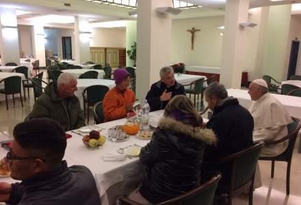 Doi romani fara adapost, intre invitatii Papei Francisc la micul dejun de ziua aniversarii sale