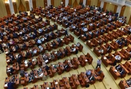 Prima zi la Parlament a noilor senatori si deputati: Au venit sa isi faca poze pentru legitimatii si sa completeze formulare