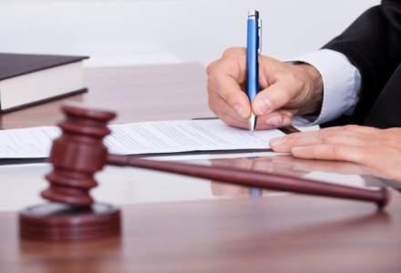 Cererea de reexaminare a legii privind eliminarea a 102 taxe nefiscale, respinsa de Comisia de buget-finante