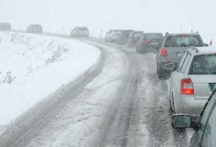 Peste 40 de drumuri nationale din noua judete, precum si autostrazile A2 si A4, sunt inca inchise